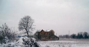 Casa abbandonata coperta di neve