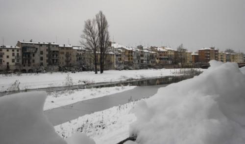 """Parma - La neve sul torrente e sui tetti di """"Parma vecchia"""""""