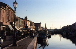 la sera s'intensifica il passeggio al porto canale