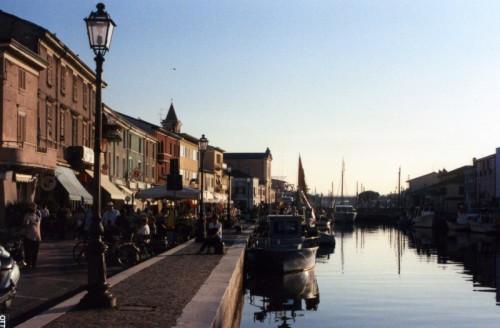 Cesenatico - la sera s'intensifica il passeggio al porto canale