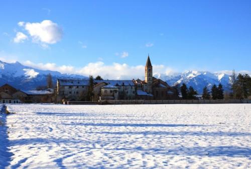 Revello - la frazione di Staffarda con la Basilica dopo la nevicata
