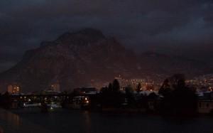 Scesa è la buia sera sulla citta di Lecco.