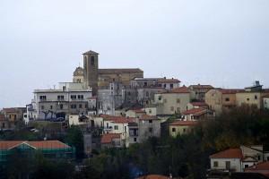 Un campanile svetta sul paese