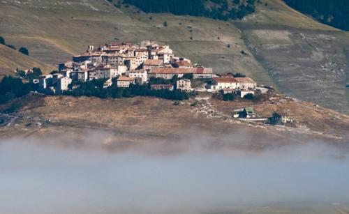 Norcia - Emerge dalla nebbia ...
