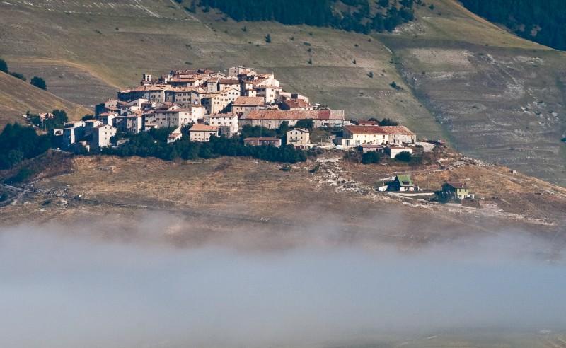 ''Emerge dalla nebbia …'' - Norcia