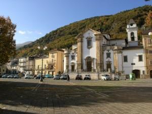 Panorama sulla piazza e sui monti
