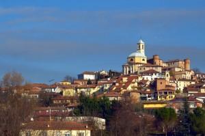 Montegrosso d'Asti, dominato dalla chesa  e dal castello (XII secolo)