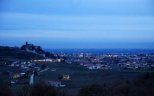 Panorama in notturna della città di Soave