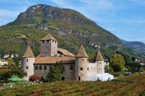 Castel Mareccio al centro dei vigneti