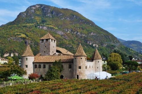 Bolzano - Castel Mareccio al centro dei vigneti