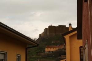 il castello spunta tra le case