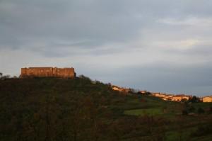 il castello di Lagopesole col paese di fianco
