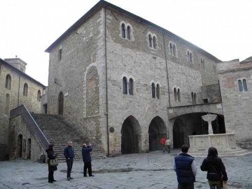 Palazzo dei consoli piazza filippo silvestri 06031 for Piani di palazzo con piscina coperta
