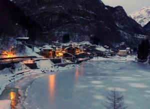 Riflessi dorati sul lago ghiacciato