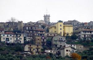 La chiesa e una delle torri che circonda il paese