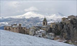 panorama innevato con montagne sullo sfondo