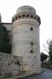 La rotonda torre con i beccatelli
