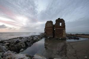 Torre Flavia al tramonto tra le onde