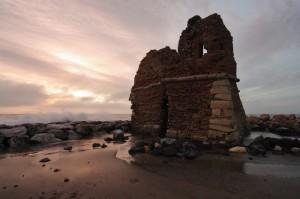 Torre Flavia tramonto con onde su scogliera