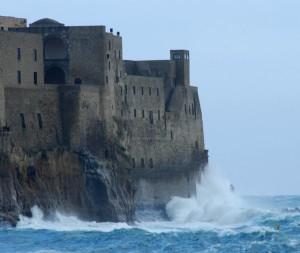 La furia del mare sul castello di sabbia