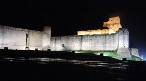 Ai suoi piedi Assisi
