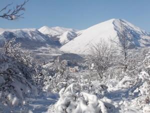 Panorama di Rocca di Mezzo dopo la nevicata