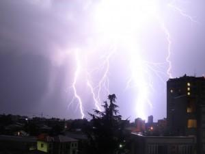 Fulmini illuminano la città