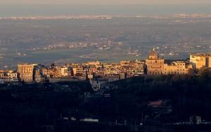 Castel Gandolfo illuminato da un freddo sole