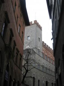 Torre nel centro storico di Siena