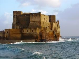 Le onde sul Castel dell'Ovo