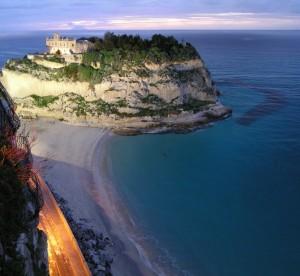 Tropea, Santa Maria dell'Isola e lo Stromboli al tramonto 2