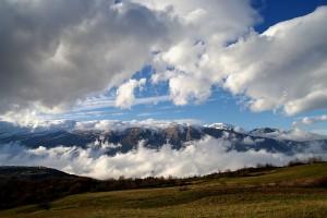 Un paese piccolo davanti a una maestosa montagna