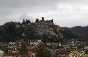 I ruderi del vecchio castello dominano ancora