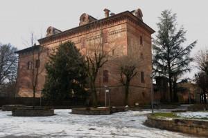 Il castello di Malabaila nel bel mezzo dei giardini di Canale