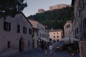 Serata nel borgo di San Leo con il castello che domina dall'alto