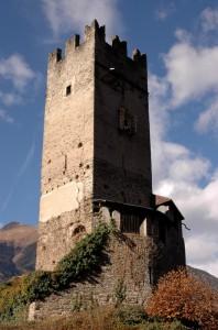 Una torre maestosa sopra Mazzo in Valtellina