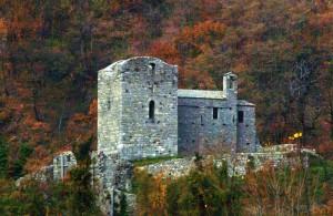 Un castello e una torre nei boschi di Mello