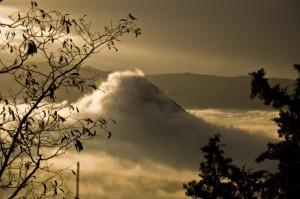 Valle e cime con nebbia