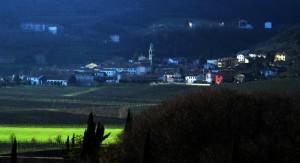 Villaga e il prato illuminato