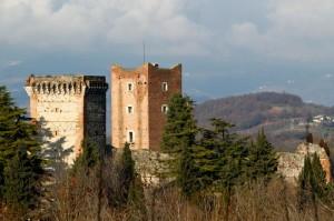 Il Castello di Romeo visto dal Castello di Giulietta.