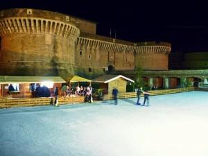 Pista di pattinaggio sul ghiaccio davanti alla rocca di Senigallia