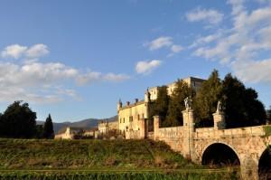 E il castello mostra il suo splendore nell'azzurro cielo