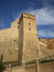 Sotto la torre del Castello di Loro