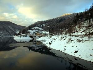 Luce, neve e riflessi sul lago