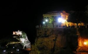 Tropea, panorama di Piazza Cannone e di Santa Maria dell'Isola di sera