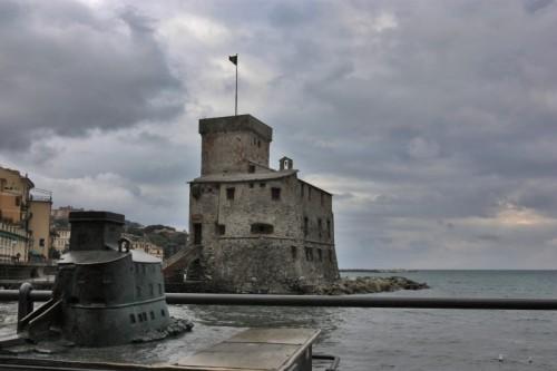 Rapallo - A distanza, il nano osserva silente...