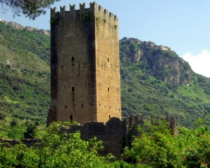 Torre del Castello Caetani nei giardini di Ninfa