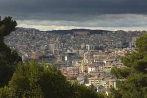 Questa Città si trova nel cuore della Sicilia,ma se guardate bene potreste vederla tutta.(la Sicilia si intende)