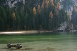 Riflessi smeraldi nel lago di Braies