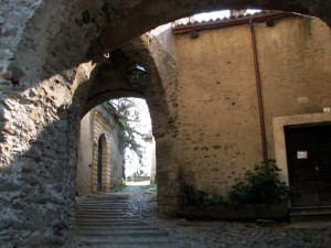 salendo fra le antiche mura